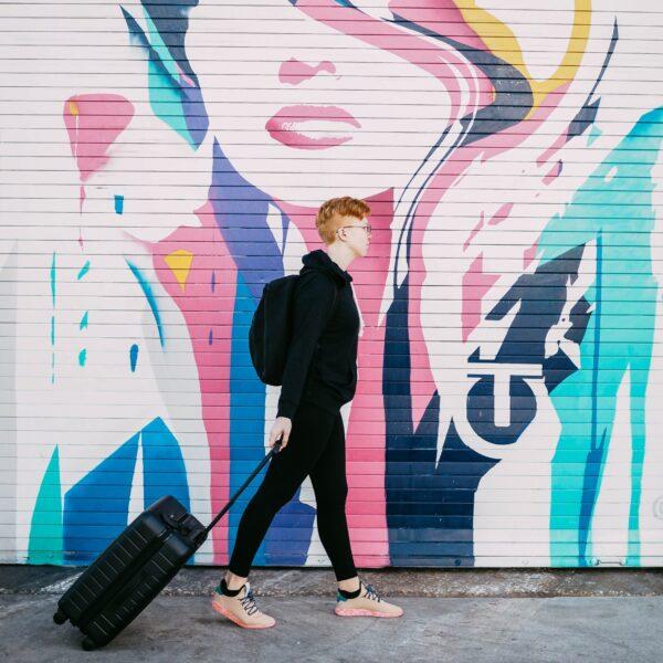 Noor kõnnib, kohver käes